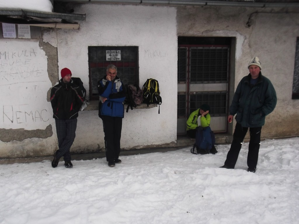 planinari cekaju voz